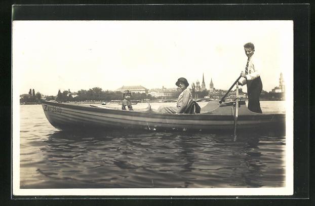 AK Vater rudert Frau und Kind über den See