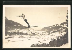 AK Zuschauer betrachten den Skispringer beim Absprung