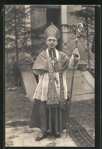 Foto-AK Portrait Geistlicher vor der Kirche