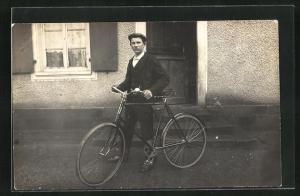 Foto-AK Junger Mann mit Fahrrad vor der Haustüre