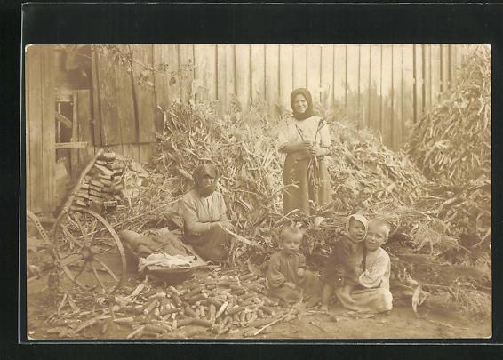 AK Frauen beim Maiskolbenschälen