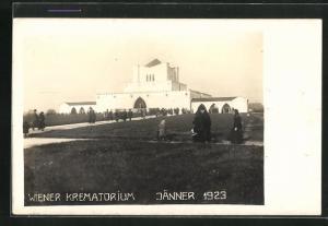 AK Wien, Trauergäste am Krematorium auf dem Zentralfriedhof