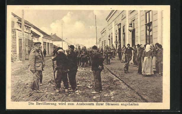 AK 1. Weltkrieg, die Bevölkerung wird zum Ausbessern ihrer Strassen herangezogen