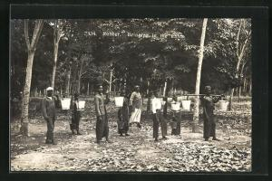 AK Malaysia, Arbeiter tragen Eimer mit Kautschuk