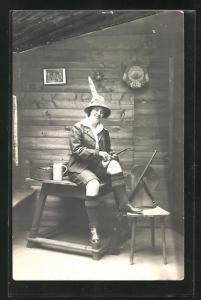 Foto-AK Jägerin mit Pfeife auf dem Tisch sitzend