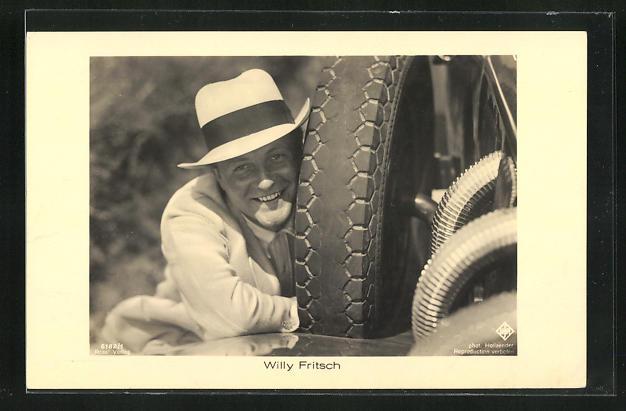 AK Schauspieler Willy Fritsch neben einem Autoreifen