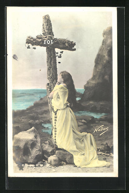 Foto-AK Nadar Nr. 773: Mädchen kniet vor einem Kreuz an den Klippen
