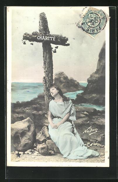 Foto-AK Nadar Nr. 773: Charite, Mädchen lehnt an einem Kreuz