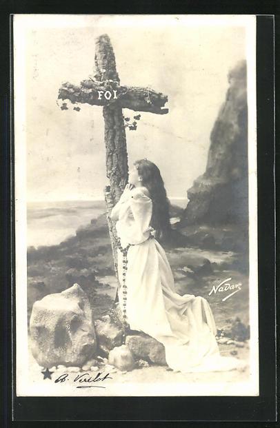 Foto-AK Nadar Nr. 773: Junge Dame kniet vor einem Kreuz