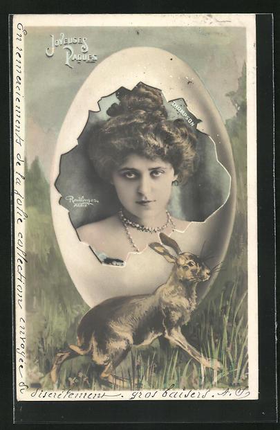 Foto-AK Atelier Reutlinger, Paris: Portrait Thompson mit Hochsteckfrisur im Ei u. Osterhase, Ostergruss
