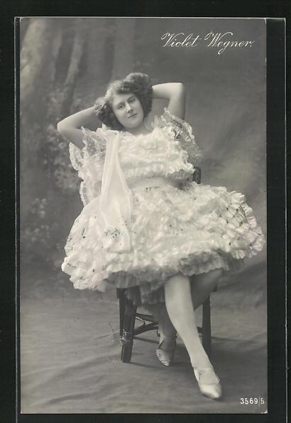 AK Musikerin Violet Wegner im Rüschenkleid auf Stuhl sitzend