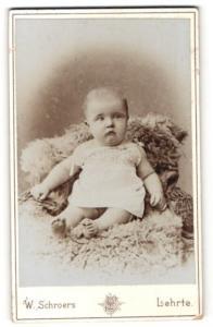 Fotografie W. Schroers, Lehrte, Baby auf Felldecke sitzend
