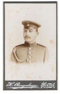 Fotografie H. Ranzenberger, Mainz, Portrait Soldat mit Schützenschnur