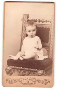 Fotografie Atelier Phönix, Dresden, Portrait eines auf einem Stuhl sitzenden Kleinkindes