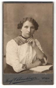 Fotografie Josef Ohlenschlager, Wien, Elegante Wienerin vor einem Buch