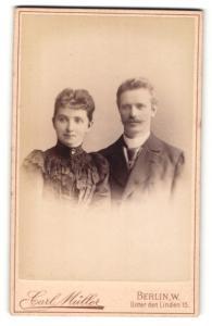 Fotografie Carl Müller, Berlin-W., Portrait bürgerliches Paar in eleganter Kleidung