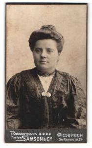 Fotografie Samson & Co., Wiesbaden, Portrait bürgerliche Dame mit Hochsteckfrisur im eleganten Kleid