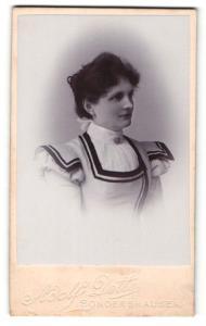 Fotografie Adolf Dette, Sondershausen, Portrait junge Dame mit Kragenbrosche im modischen Kleid