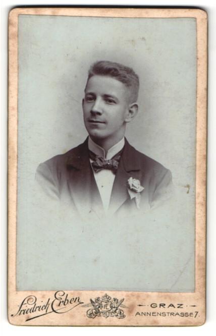 Fotografie Friedrich Erben, Graz, Portrait junger Mann mit Rose im Knopfloch