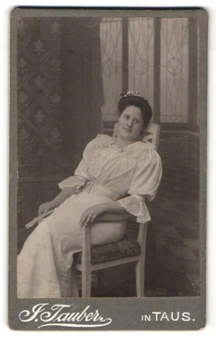 Fotografie J. Tauber, Taus, Portrait Dame in zeitgenöss. Kleidung