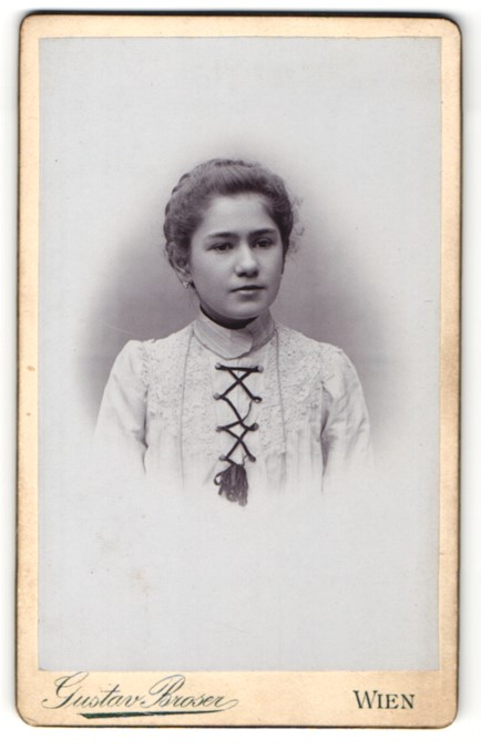 Fotografie Gustav Broser, Wien, Portrait Mädchen mit zurückgebundenem Haar