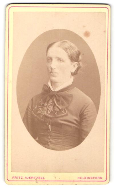 Fotografie Fritz Hjertzell, Helsingfors, Portrait Dame mit zusammengebundenem Haar
