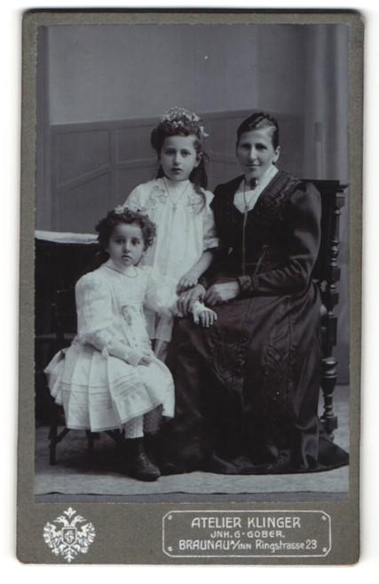 Fotografie Atelier Klinger, Braunau i/Inn, Portrait Mutter mit zwei Töchtern