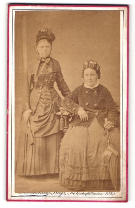 Fotografie Joh. Bichler, Steyr, Portrait zwei junge Frauen in traditioneller Kleidung