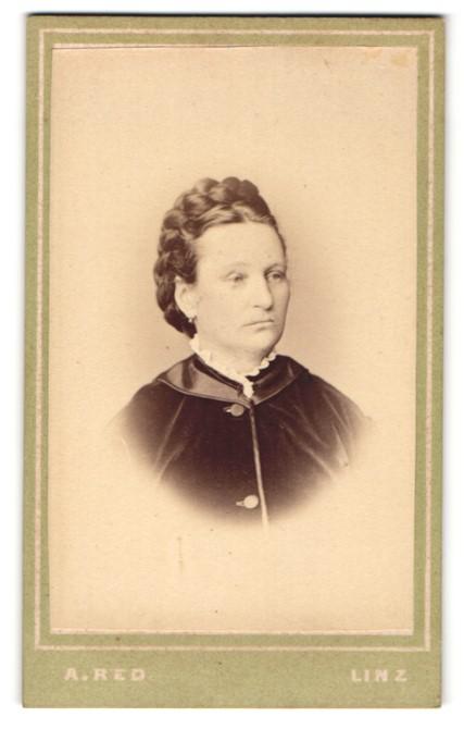 Fotografie A. Red, Linz, Portrait Frau mit geflochtenem Haar