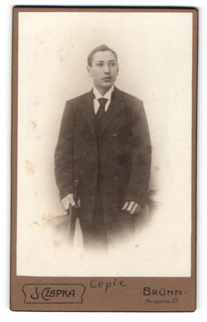Fotografie J. Czapka, Brünn, Portrait junger Mann in Anzug mit Krawatte