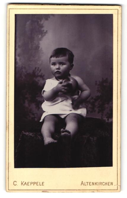 Fotografie C. Kaeppele, Altenkirchen, Portrait Kleinkind mit Gummiball