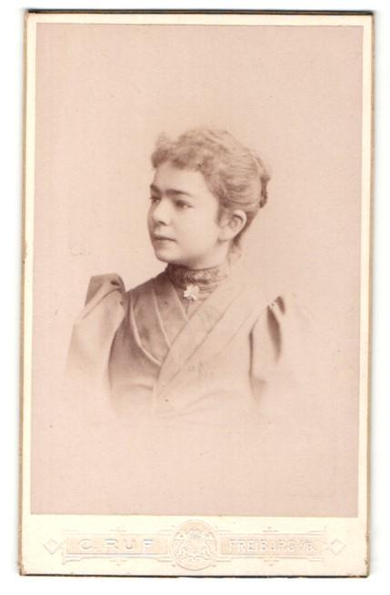 Fotografie C. Ruf, Freiburg i/B, Profilportrait Fräulein mit Haarknoten