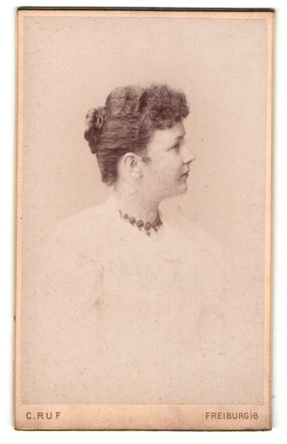 Fotografie C. Ruf, Freiburg i/B, Profilportrait junge Dame mit Haarknoten