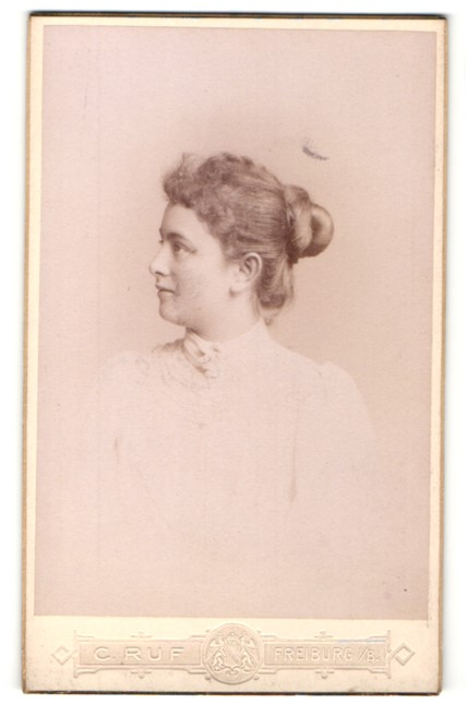 Fotografie C. Ruf, Freiburg i/B, Profilportrait Dame mit Haarknoten