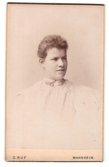 Fotografie C. Ruf, Mannheim, Portrait junge Frau mit zusammengebundenem Haar
