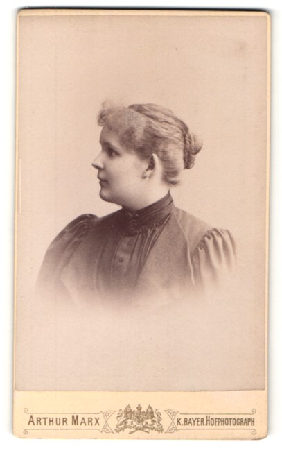 Fotografie Arthur Marx, London, Profilportrait junge Frau mit zusammengebundenem Haar