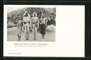 AK Congo Francais, Missions des Peres du St-Esprit, Deux miliciens et leurs boyes portant leurs fusils