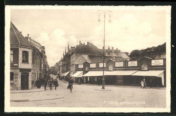 AK Kolding, Jernbanegade, Strassenkreuzung mit Geschäften