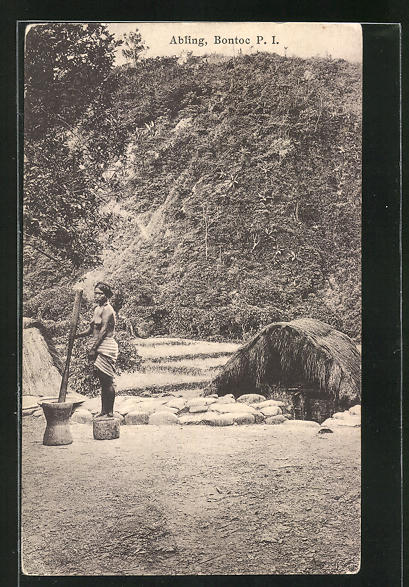 AK Bontoc, Abling, Ureinwohnerin mörsert Getreide vor ihrer Hütte