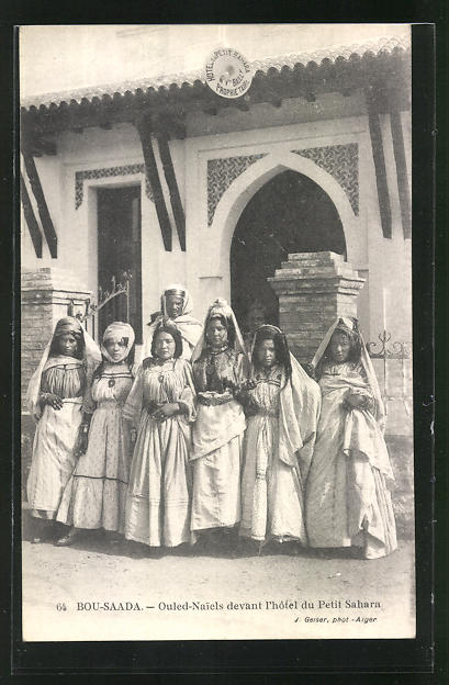 AK Bou-Saada, Ouled-Naiels devant l`Hotel du Petit Sahara