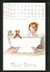 AK Mixed Bathing, Kleines Mädchen mit ihrem Teddy in der Badewanne