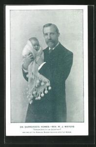AK Dr. Barnardo`s Homes, Rev. W. J. Mayers, Rev. W. J. Mayers mit einem Baby im Arm