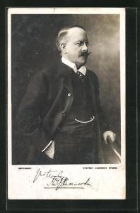 AK Portrait Thomas John Barnardo mit Schnauzbart u. Zwicker im Anzug an Stuhl gelehnt