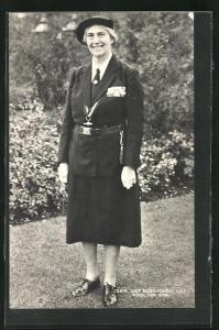 AK Lady Olave Baden-Powell, Mitbegründerin der Pfadfinder-Bewegung, in einem Garten