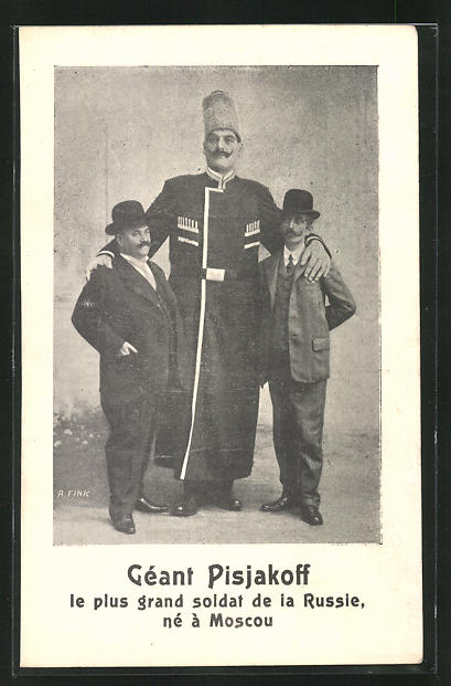 AK Russischer Riese Pisjakoff mit zwei normalwüchsigen Männern