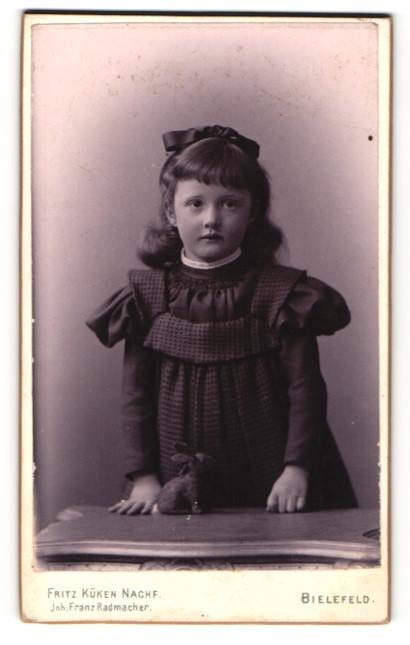 Fotografie Fritz Küken Nachf., Bielefeld, Portrait Mädchen mit Plüschkaninchen