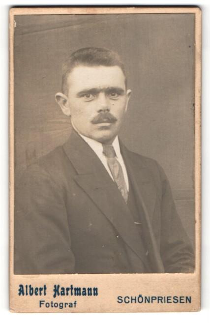 Fotografie Albert Hartmann, Schönpriesen, Portrait Herr mit Bürstenhaarschnitt und Oberlippenbart