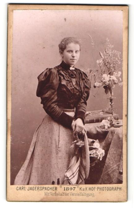 Fotografie Carl Jagerspacher, Gmunden, Portrait Fräulein in festlicher Kleidung