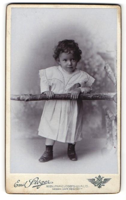 Fotografie Emil Stöger, Wien, Portrait Kleinkind in Kleidchen