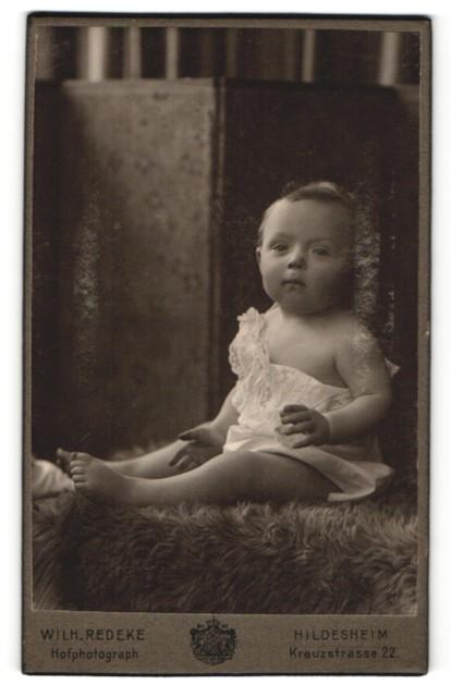Fotografie Wilh. Redeke, Hildesheim, Portrait Säugling in Leibchen